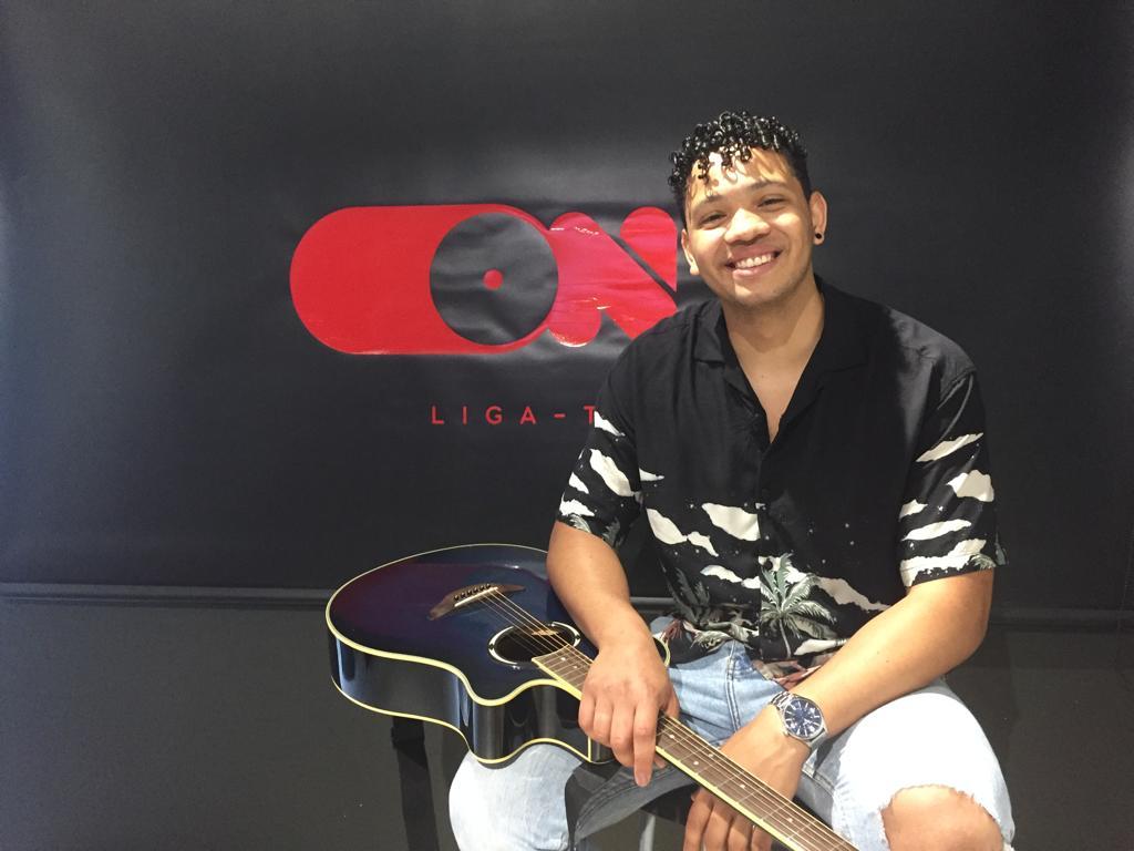 A rubrica #VemConhecer está de volta! Recebemos em estúdio o jovem cantor Joshua! Tem 23 anos, vem de Évora e cantou e encantou no palco da ONFM!
