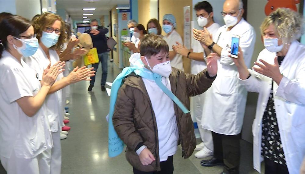 Vídeo: A despedida emotiva da criança com Covid que esteve 11 dias na UCI