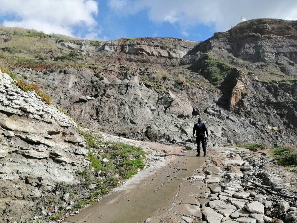 Derrocadas em falésia obrigam a isolamento na zona do porto da Assenta