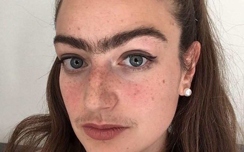 Mulher não faz buço e sobrancelhas há quase um ano. Objetivo é desafiar os padrões de beleza