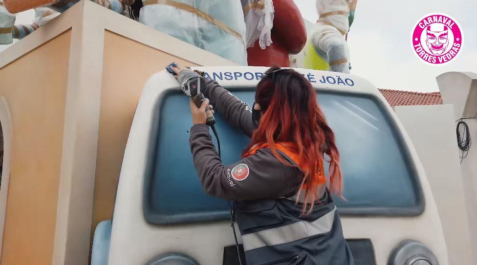Vídeo: Carnaval de Torres Vedras presta homenagem aos profissionais da linha da frente